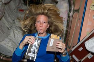 Tiết lộ thú vị về việc ăn uống của các phi hành gia trong không gian