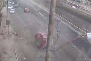 Ô tô đâm vào dải phân cách nát vụn, cả người và xe bay lên không trung