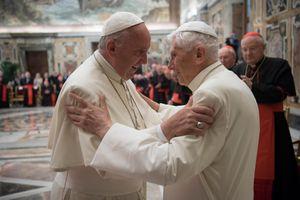 7 năm sau khi từ chức, Giáo hoàng Benedict khiến Vatican bối rối