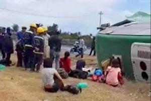 Ôtô lao xuống mương, gần chục hành khách nhập viện