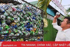 Chủ nhà hàng gom ve chai bán lấy tiền tặng học sinh nghèo ở miền biển Hà Tĩnh