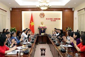 Lễ trao Quyết định nghỉ hưởng chế độ bảo hiểm xã hội đối với đồng chí Đào Quang Vinh và trao Quyết định Bổ nhiệm Viện trưởng Viện Khoa học Lao động và Xã hội cho đồng chí Bùi Tôn Hiến