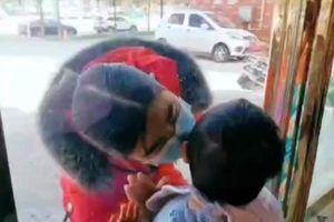 Xúc động giây phút nữ y tá hôn con nhỏ qua cửa kính