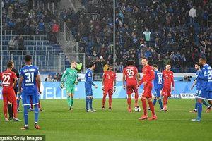 Cầu thủ Bayern và Hoffenheim chuyền bóng qua lại và đứng nói chuyện
