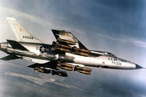 'Thần sấm' F-105 Mỹ may mắn sống sót sau khi bị MiG-21 Việt Nam bắn nát đuôi