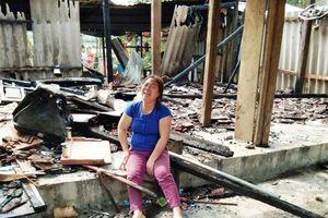 Hà Tĩnh: Vợ chồng nghèo khóc ngất trước ngôi nhà bị cháy rụi