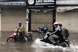 Phố Hà Nội thành sông sau trận mưa dồn dập, Lai Châu mưa đá như tuyết trời âu