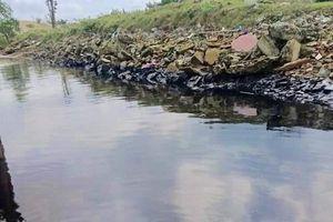 Truy tìm nguồn gốc vệt dầu đen kịt trải dài dọc bờ sông Lam