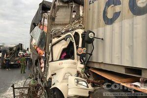 Xe tải húc đuôi container, 3 người chết trong cabin ở Sài Gòn