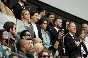 Vợ chồng Vic - Beck tình tứ sánh đôi trên khán đài khi đi xem đấu bóng