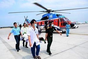 Binh đoàn 18 dùng trực thăng đưa 2 bệnh nhân từ huyện đảo Trường Sa về đất liền điều trị