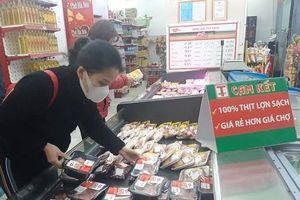 Hà Nội: Chợ, siêu thị đầy ắp hàng hóa, sức mua giảm