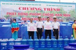 Vùng 2 Hải quân cấp nước ngọt và tặng bồn chứa nước cho nhân dân vùng hạn mặn tỉnh Bến Tre