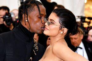 Chuyện tình của tỷ phú Kylie Jenner và bạn trai ca sĩ