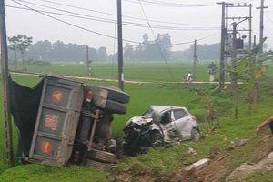 Lao xuống ruộng, ô tô nát bét sau đấu đầu với xe tải