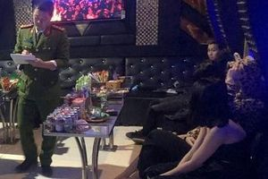 Nhóm công nhân rủ tiếp viên nữ 'bay lắc' trong quán karaoke