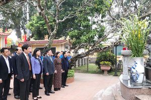 Lãnh đạo Thành phố dâng hương tưởng nhớ Bí thư Thành ủy Hà Nội đầu tiên
