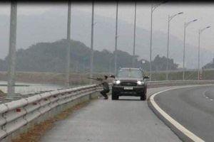 Hy hữu, dùng súng tự chế bắn chim trên đường cao tốc