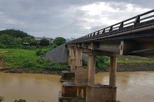 Xe cứu thương 'gặp khó' khi qua cầu Đoan Hùng