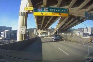 Mất tập trung khi lái xe, tài xế ô tô đâm thẳng vào rào chắn