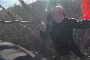Giải cứu người chơi dù lượn mắc kẹt trên cây suốt 4 giờ