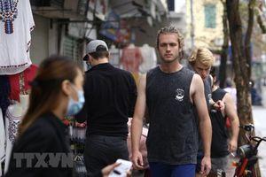 Nhiều du khách nước ngoài chủ quan không đeo khẩu trang nơi công cộng