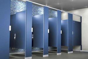 Vì sao toilet công cộng có khoảng hở 'vô duyên'?