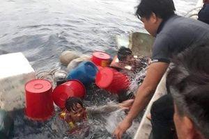 6 ngư dân ôm can nhựa lênh đênh trên biển nhiều giờ