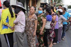 TP. HCM: Dân xếp hàng ngay ngắn để nhận khẩu trang vải kháng khuẩn