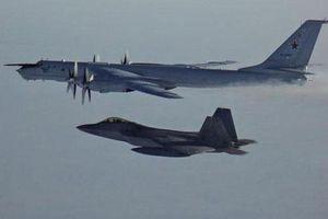 'Gấu bay' Tu-142 Nga lại bị F-22 Mỹ giám sát
