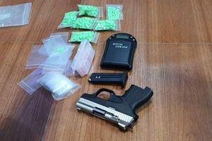 Bắt đối tượng mua bán 1kg ma túy, thu giữ 1 khẩu súng
