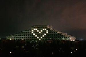 Thắp sáng biểu tượng trái tim trên các tòa nhà tri ân những người chống Covid-19
