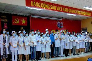 BV Trưng Vương trao bảo hiểm COVID-19 cho 81 nhân viên y tế