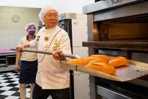 Ông Kao Siêu Lực tặng y, bác sĩ 3.000 ổ bánh mì dinh dưỡng