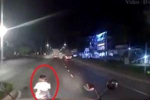 Hai cô gái tạt đầu 'dằn mặt' tài xế container khiến người đi đường kinh hãi