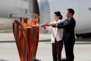 Bất chấp COVID-19, đám đông 1.000 người tập trung xem rước đuốc Olympic