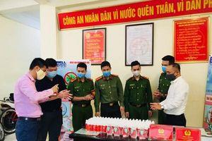 Trao tặng 1.500 chai nước rửa tay diệt khuẩn cho Công an quận Hoàn Kiếm chống dịch Covid-19