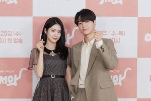 Shin Ye Eun tình tứ bên L (Infinite) tại họp báo phim giả tưởng 'chàng mèo hóa người'