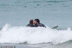 Liam Hemsworth tình tứ 'khóa môi' bạn gái xinh đẹp giữa sóng biển