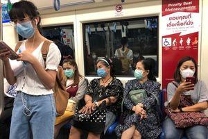 Thái Lan bắt buộc hành khách đi tàu điện phải đeo khẩu trang