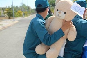 Bà mẹ nổi tiếng cảm thông cho du học sinh được mang gấu bông vào khu cách ly, cư dân mạng tranh cãi dữ dội