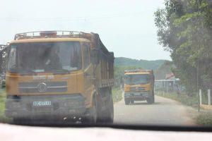 Quảng Nam: Xe tải chở đất gây ô nhiễm môi trường