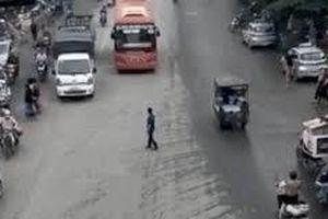 'Hung thần' xe khách khiến người đi đường tháo chạy tán loạn giữa giao lộ