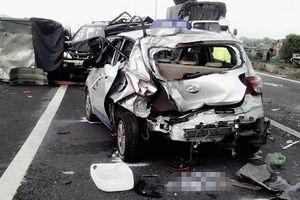 Xe đầu kéo tông hàng loạt ô tô, ít nhất 16 người tử vong