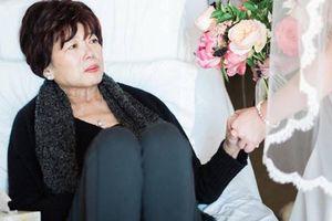 Thương mẹ ung thư sắp mất, con gái mang cả tiệm áo cưới đến bệnh viện để hoàn thành một tâm nguyện