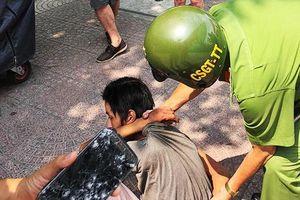 Tên cướp 16 tuổi rút dao dọa tấn công du khách Pháp trên phố Sài Gòn