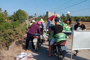 Hơn 18 tấn gạo đã đến với người dân khu cách ly ấp Thừa Lợi
