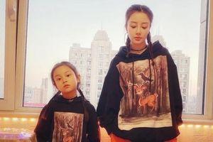Lý Tiểu Lộ bán quần áo cùng con gái