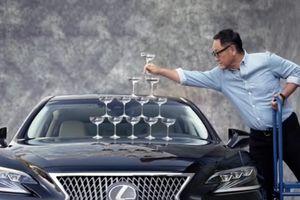 Lexus LS tái hiện màn quảng cáo tháp ly champagne nổi tiếng 21 năm trước