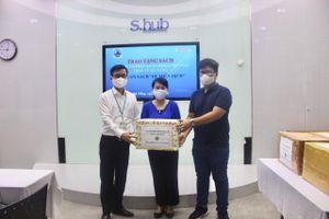 Tặng sách 'Hệ miễn dịch' cho thành phố Đà Nẵng
